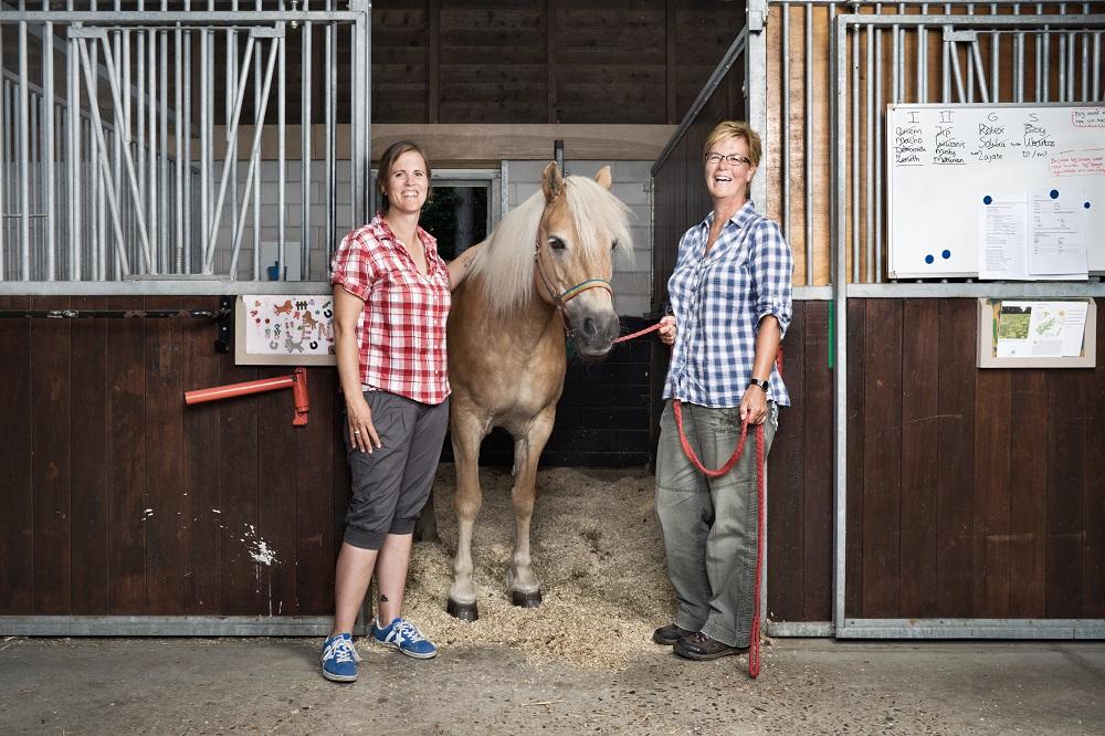 Joke en Judith van de paardenmanege